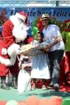 sandra fernndez directora de recursos humanos mientras entrega el regalo a su ahijada